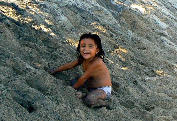 niña y arena